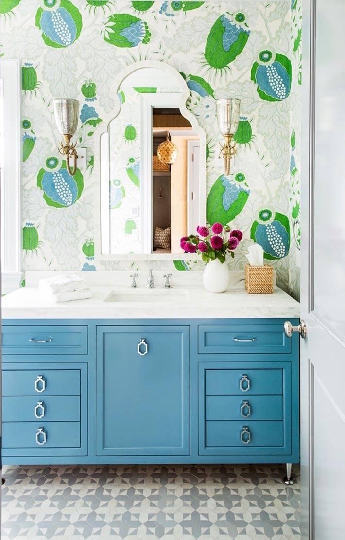 белые обои с зеленым рисунком в интерьере ванной фото