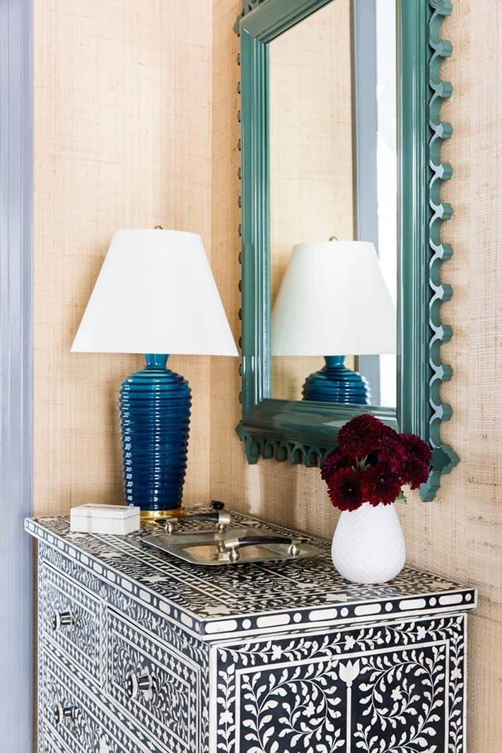 синяя настольная лампа на черно-белом комоде фото