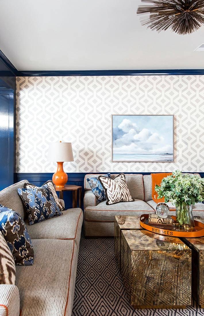 интерьер гостиной с оранжевыми акцентами фото