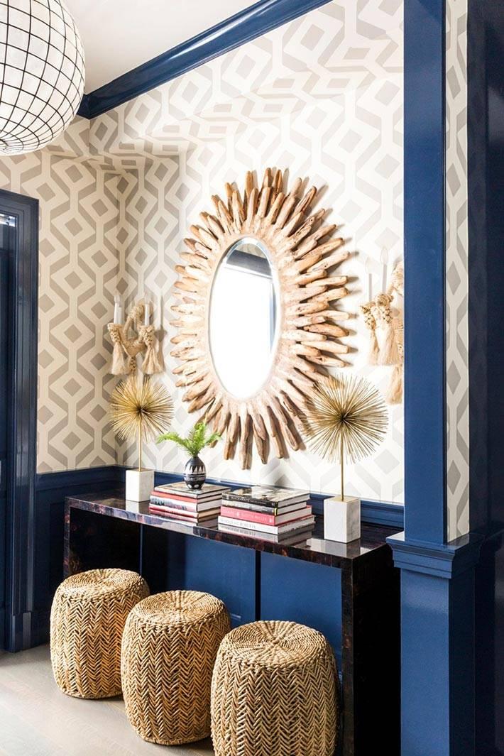 зеркало-солнце над консолью и плетеные пуфы
