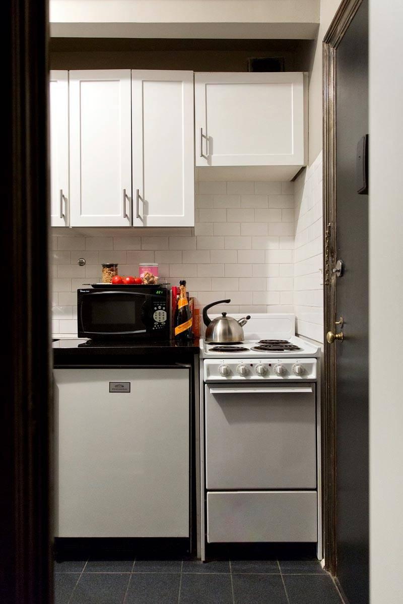 кухонная мебель белого цвета на маленькой кухне
