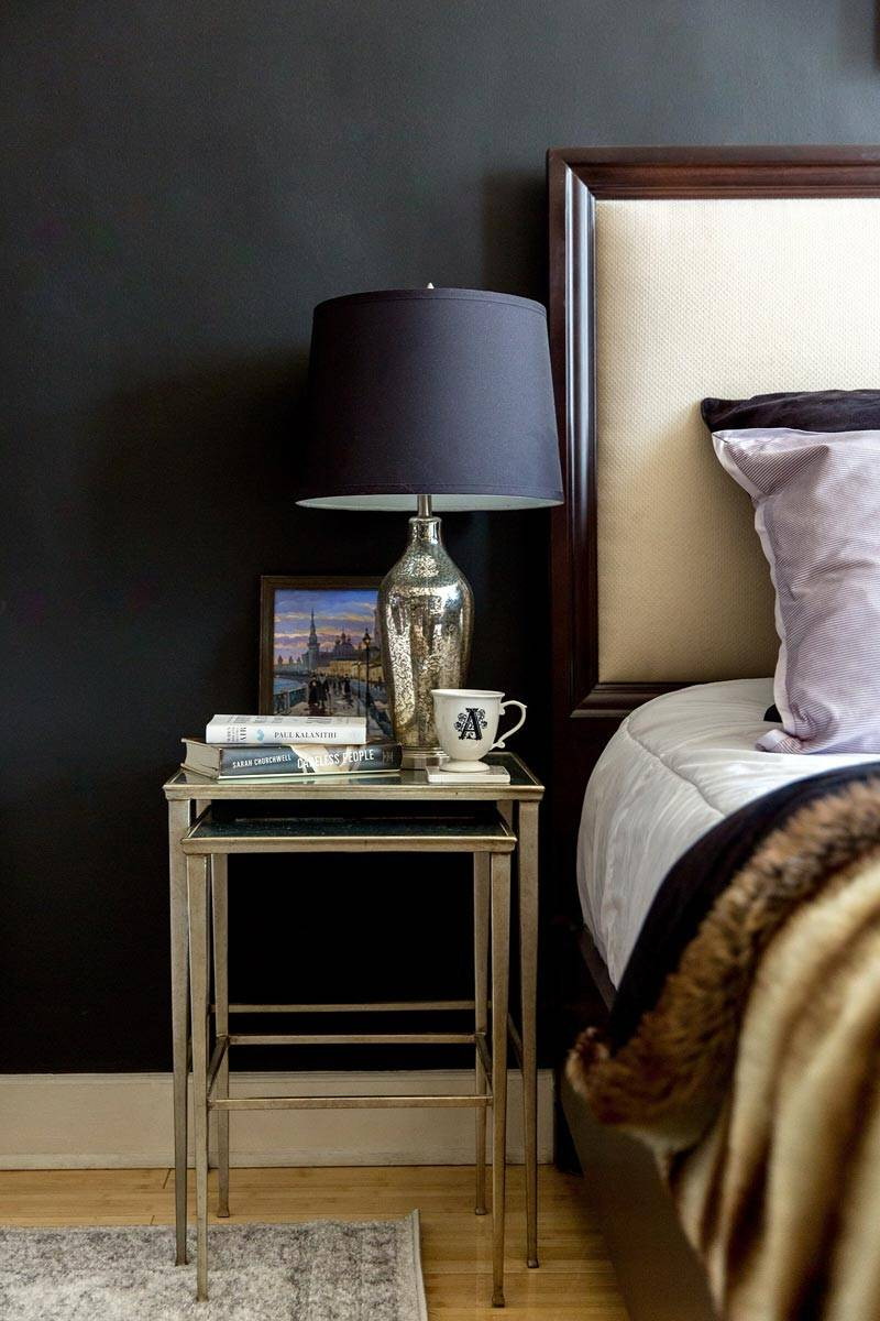 черная настольная лампа на металлическом прикроватном столике в спальне