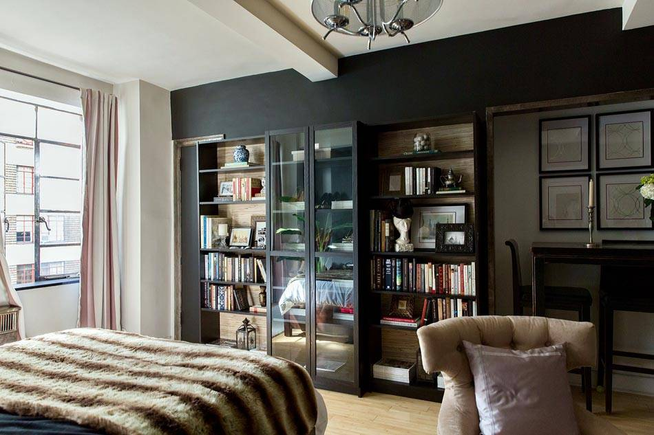черный шкаф возле черной стены в интерьере