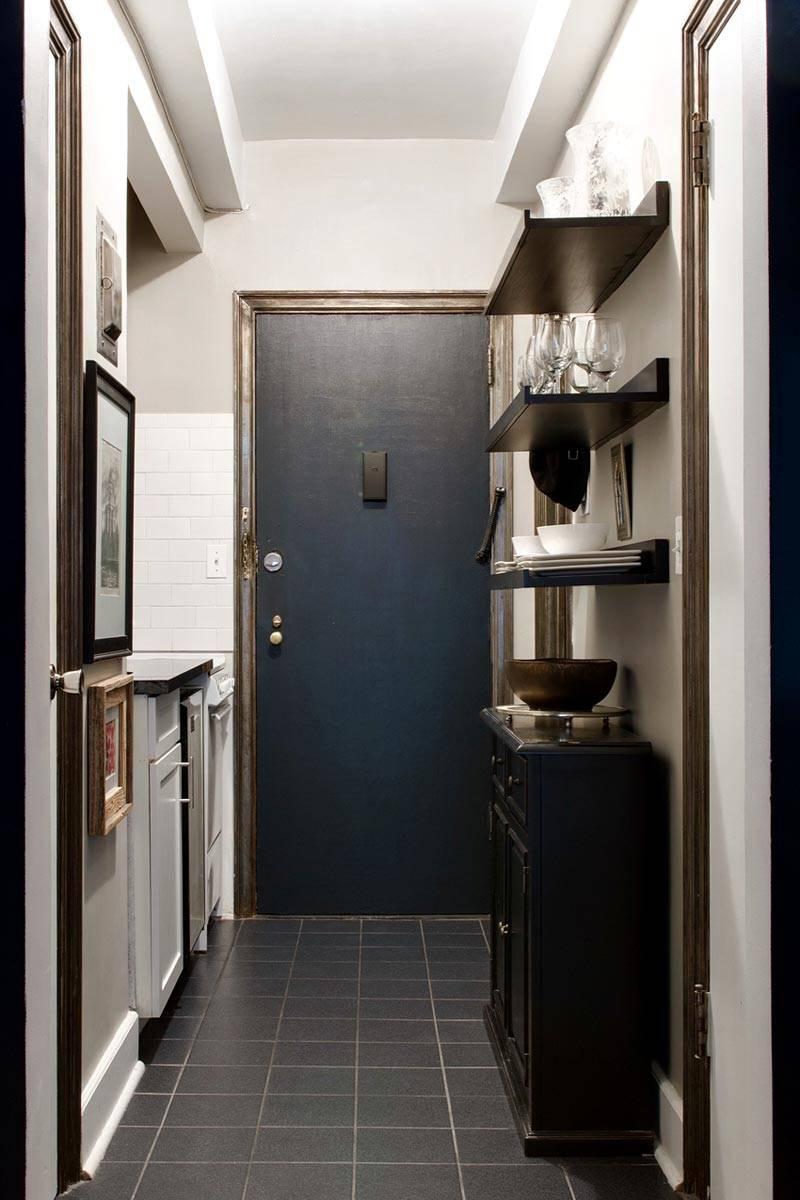 кухня небольшая, с открытыми висящими полками фото