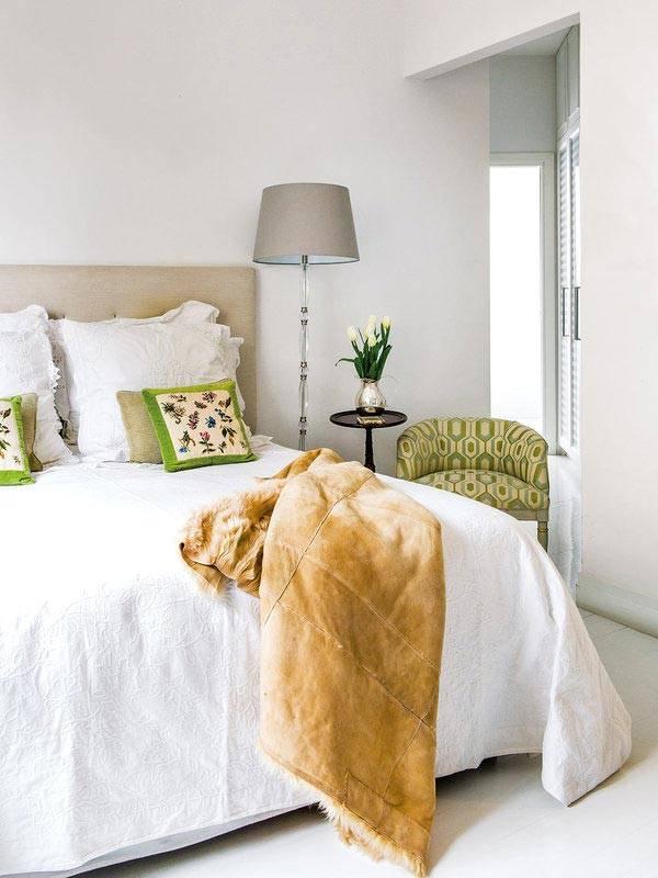 романтический интерьер спальни в зелеными акцентами