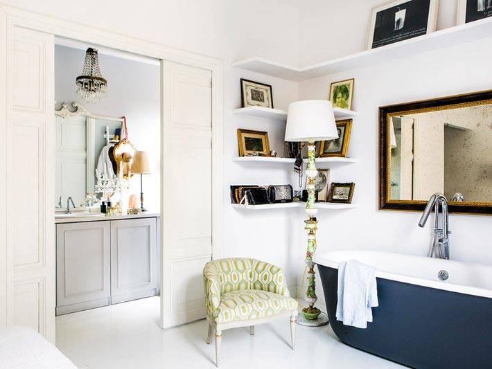 синяя ванна и ртро зеркало в интерьере спальни фото