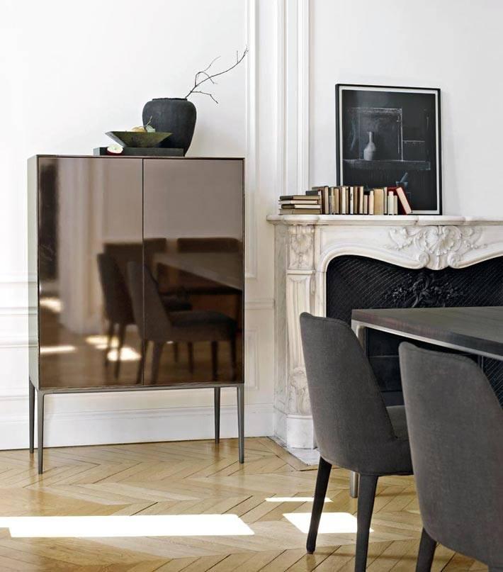 коричневый шкафчик с зеркальной поверхностью