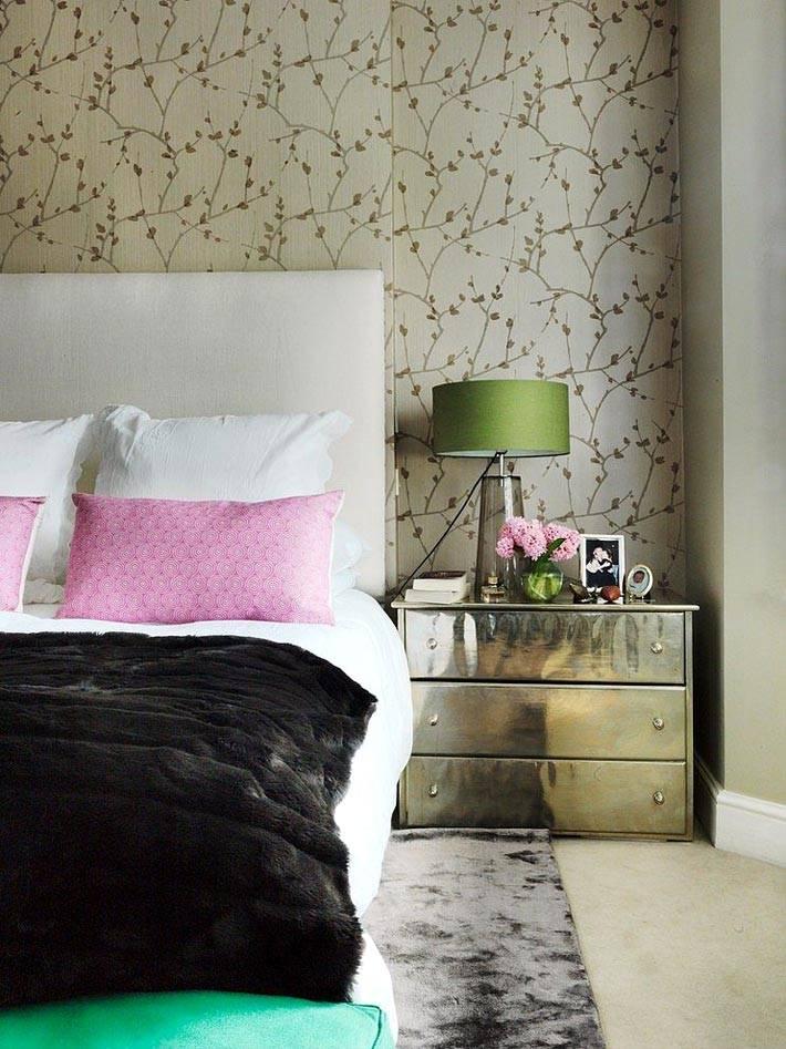 интерьер спальни с зеркальным комодом возле кровати