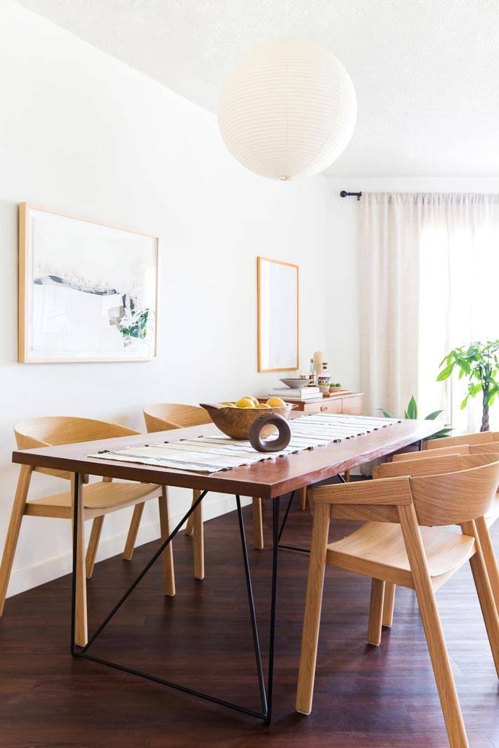 деревянный стол и деревянные стулья с изогнутыми спинками фото