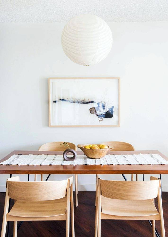 картина в деревянной раме гармонирует с деревянной мебелью