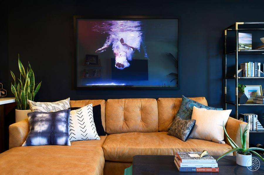 угловой диван рыжего цвета в интерьере фото