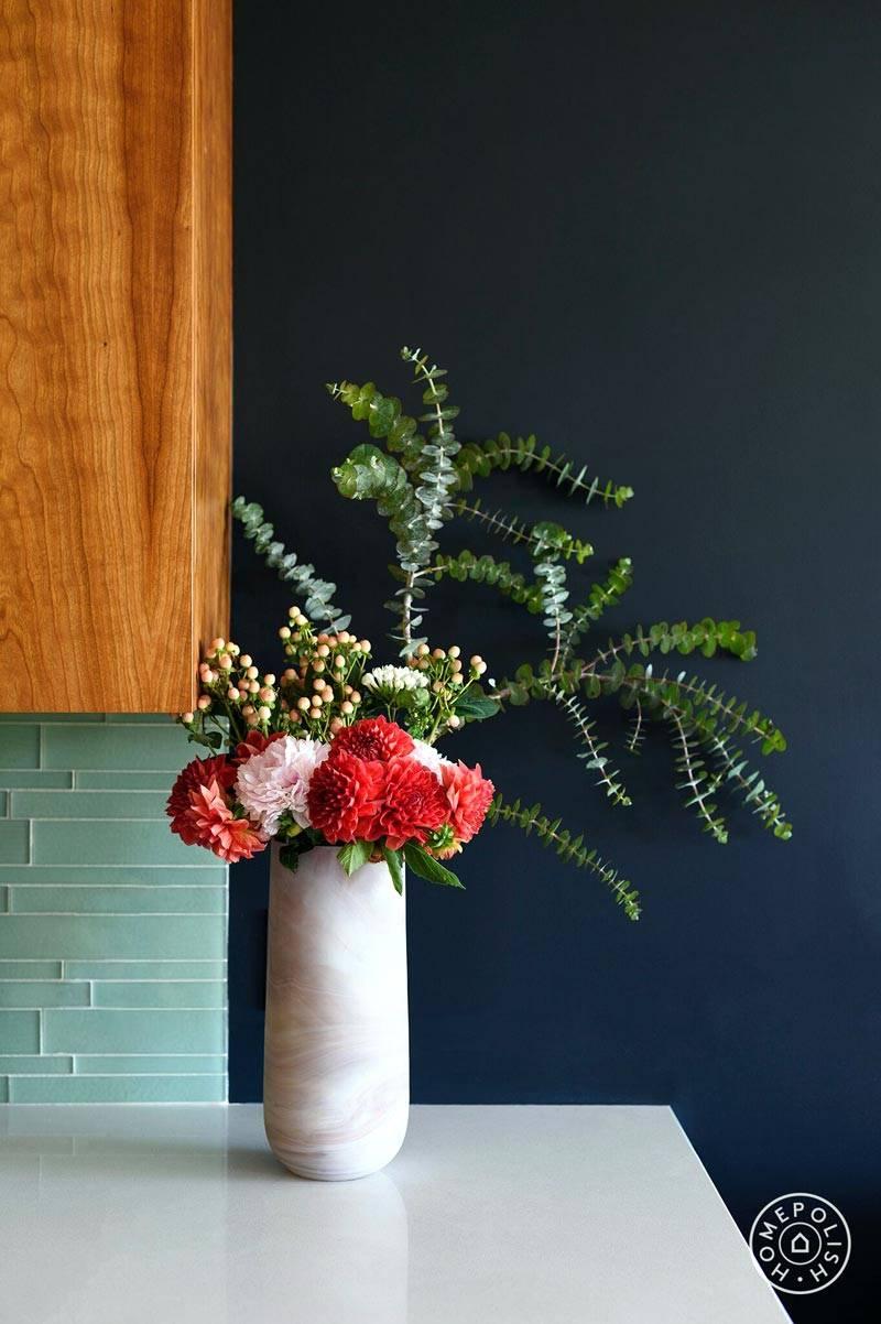цветы в вазе на фоне синей стены фото