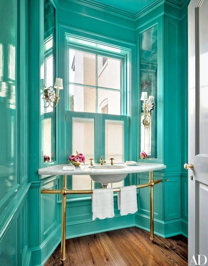 бирюзовый интерьер ванной комнаты с эркером фото