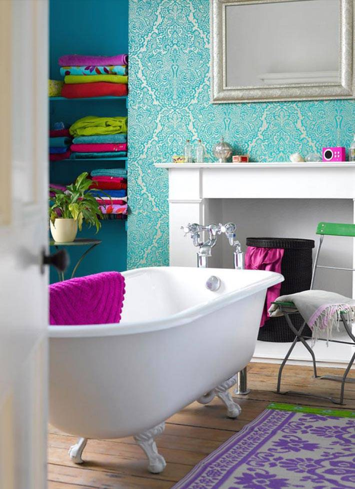 бирюзовые обои на стенах ванной комнаты фото