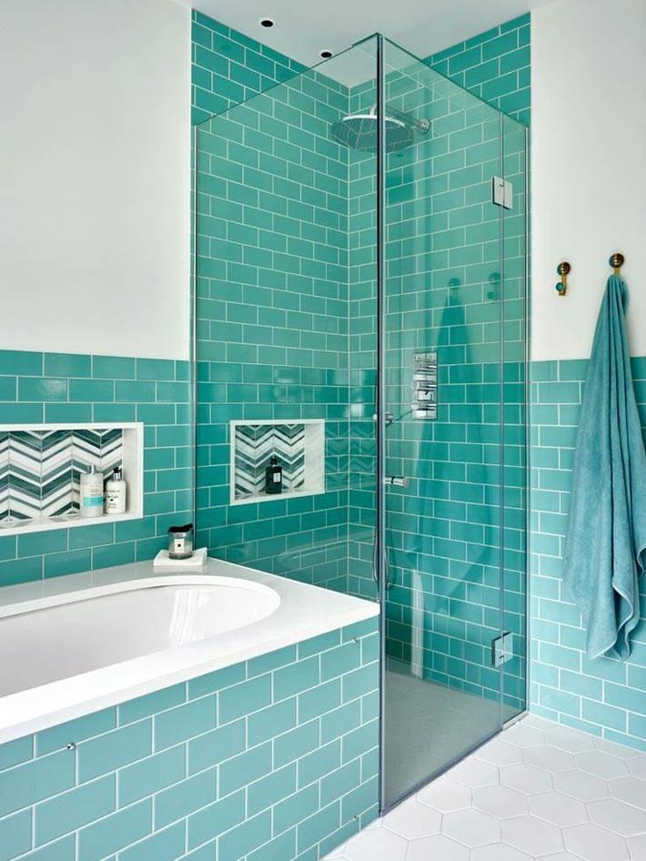 бирюзовая плитка для душевой кабины и возле ванной фото
