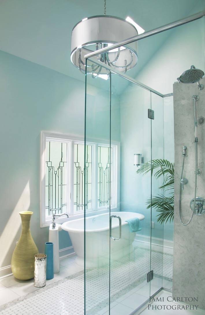 два окна в интерьере бирюзовой ванной комнаты фото