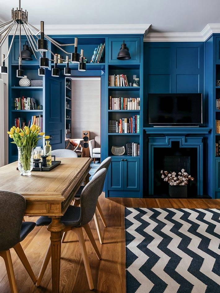 синие деревянные панели в дизайне гостиной с камином
