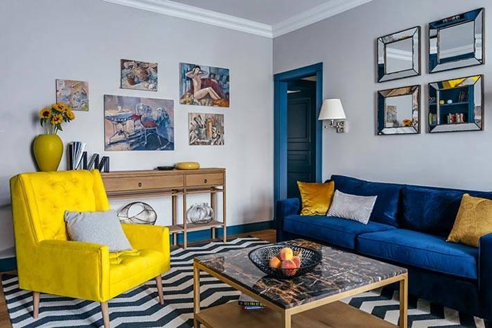 синий диван и желтое кресло в интерьере гостиной фото