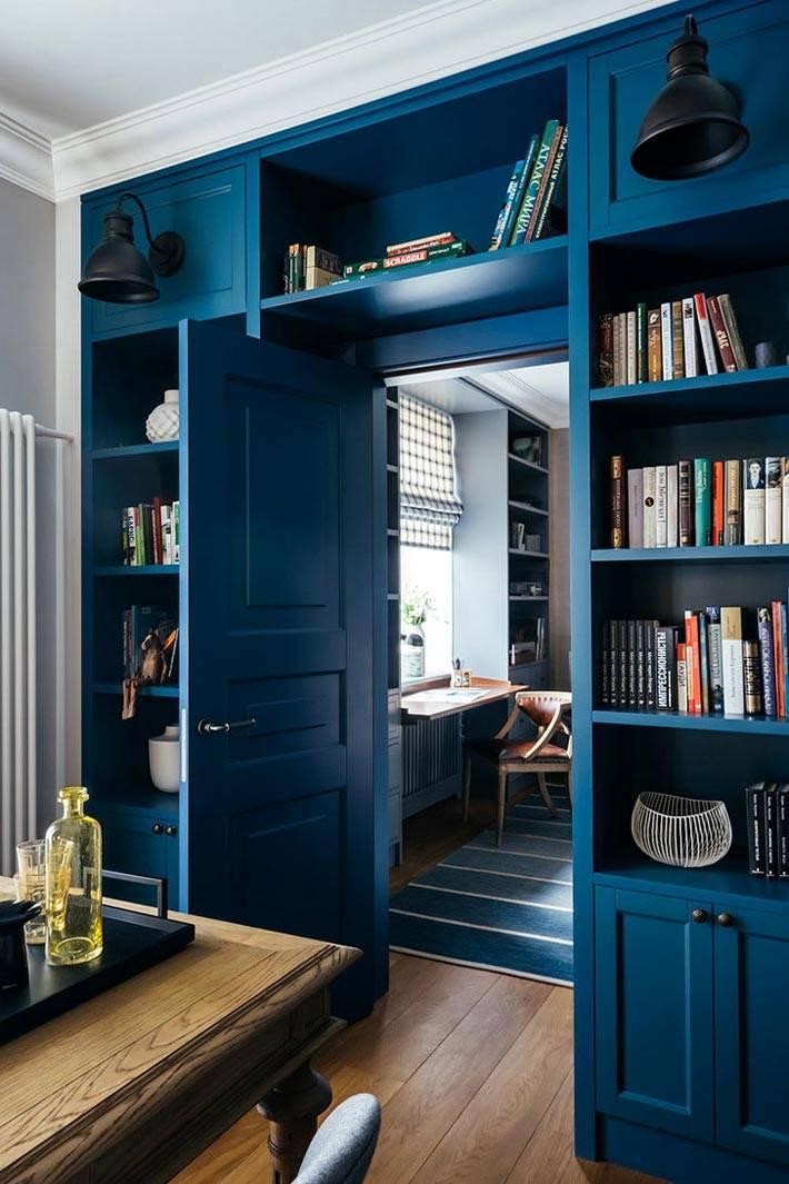 синяя дверь, ведущая в интерьер кабинета фото