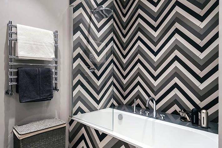 """плитка с узором """"елочка"""" на стене в ваноой комнате фото"""