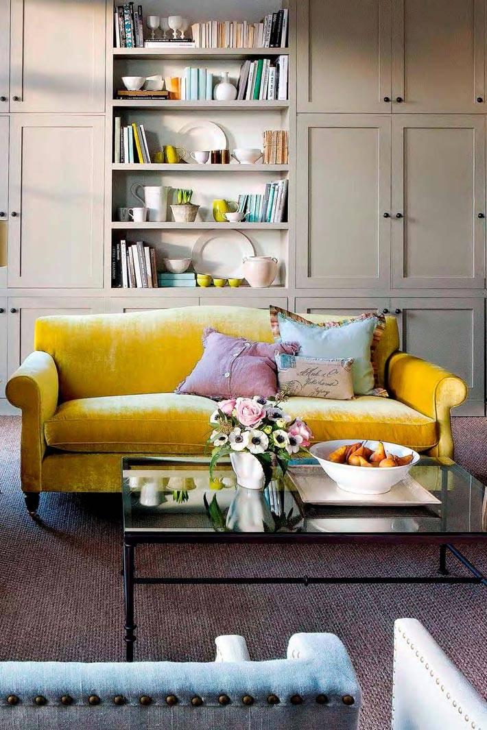 сочетание дивана желтого цвета с серой мебелью