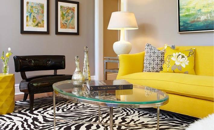 ковер под шкуру зебры в сочетании в желтым диваном