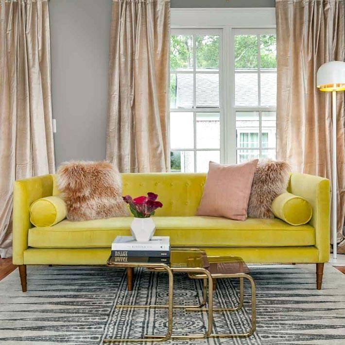 яркий лимонный диван с пастельным текстилем