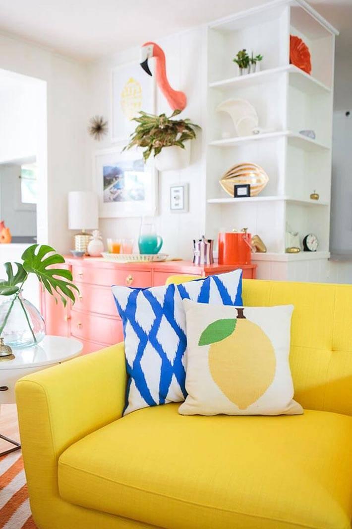 яркий лимонно-желтый диван в белом интерьере фото
