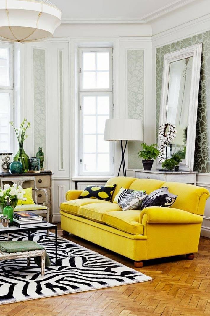 Желтый диван в монохромном интерьере фото