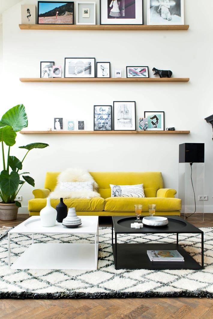 черно-белый диайн комнаты с желтым диваном фото