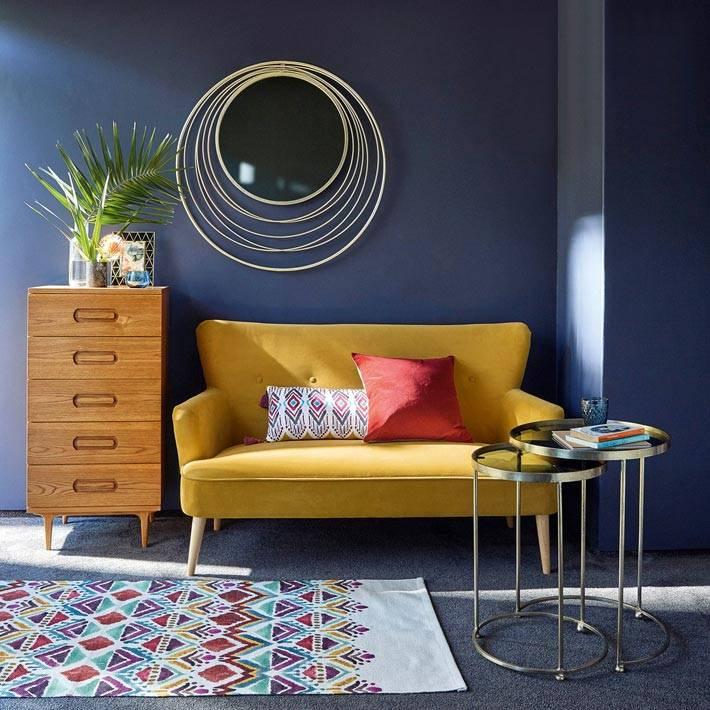 желтый диван возле синей стены фото
