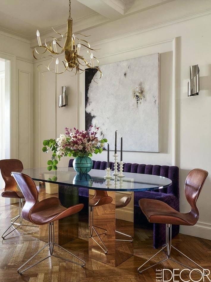 стеклянный обеденный стол и коричневые стулья