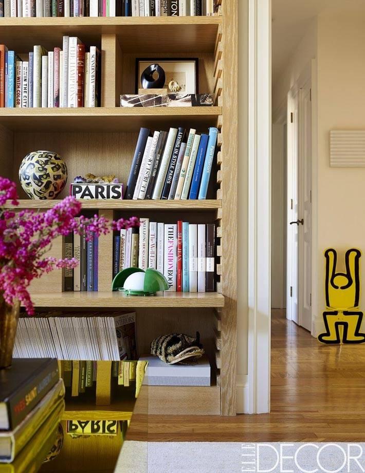 деревянный стеллаж с полками для книг и аксессуаров в доме