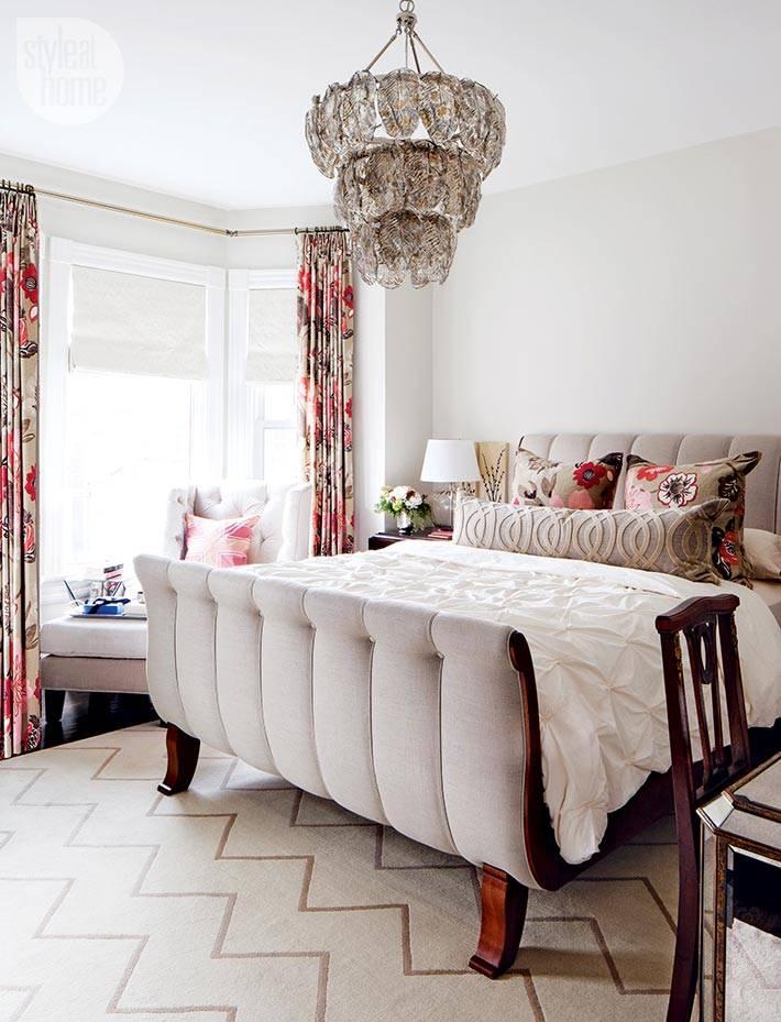 милый дизайн спальни с цветочными шторами фото
