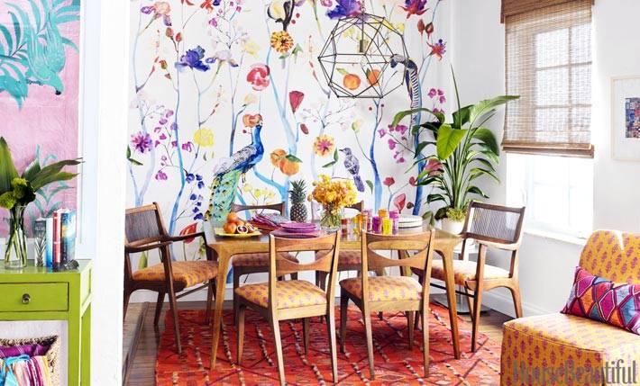 птицы и цветы нарисованные на стене в интерьере квартиры