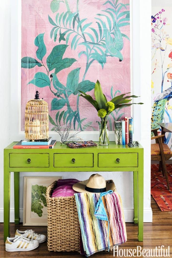 зеленая консоль, плетеная клетка и холст с зеленым растением