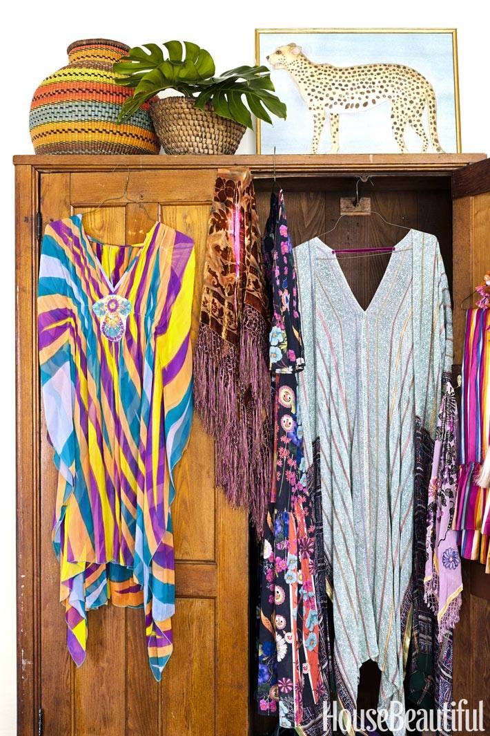 Старый шкаф и плетеные корзины в интерьере в бохо стиле