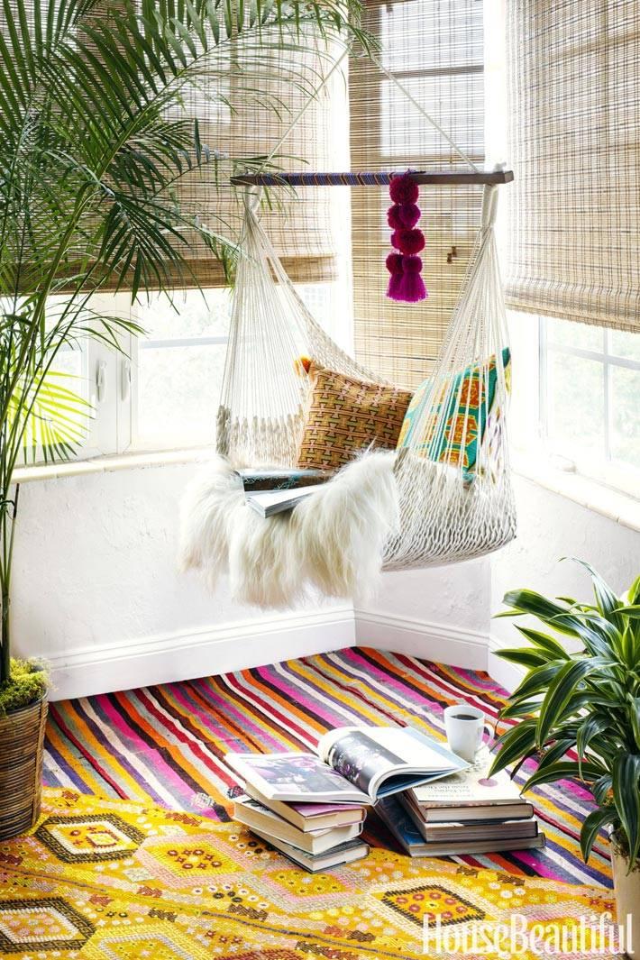 подвесное кресло-гамак в интерьере для отдыха