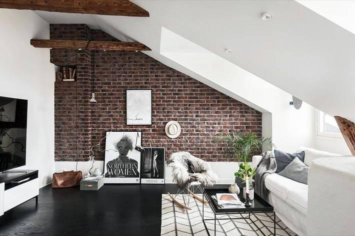 кирпичная кладка на стене в интерьере мансардной гостиной