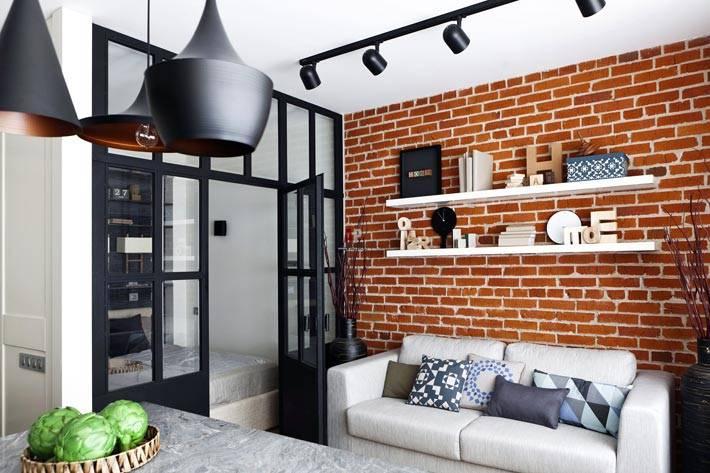черная перегородка между спальней и гостиной комнатой