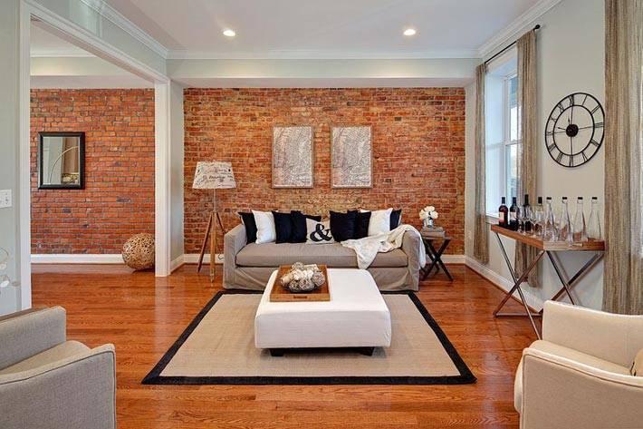 просторная гостиная комната в белом цвете с акцентной стеной