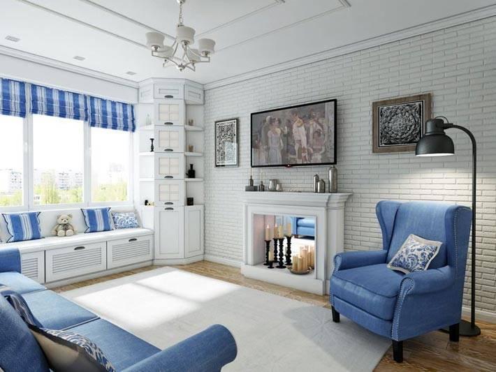 дизайн гостиной в бело-голубых цветах и декоративным камином