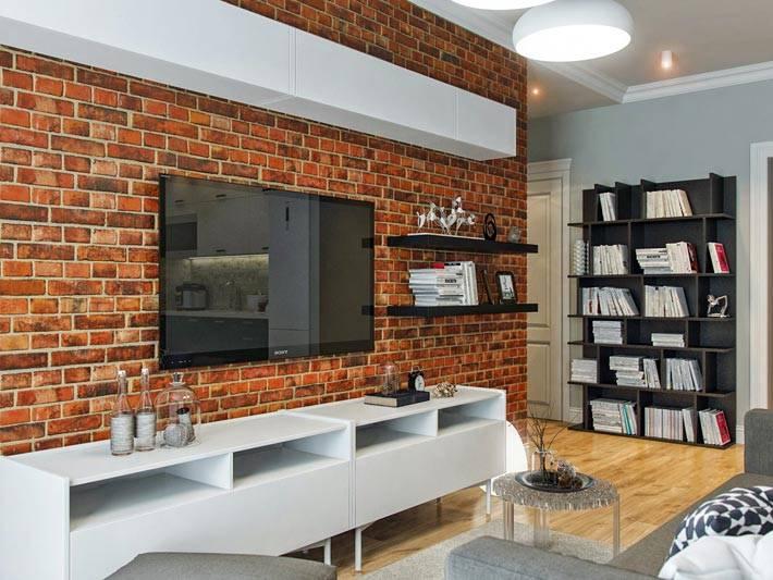маленькая гостиная комната со стеной из кирпича фото