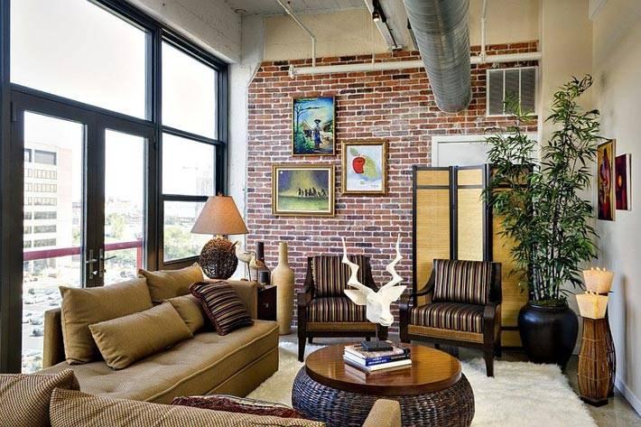 кирпичная стена подходит для индустриального стиля гостиной