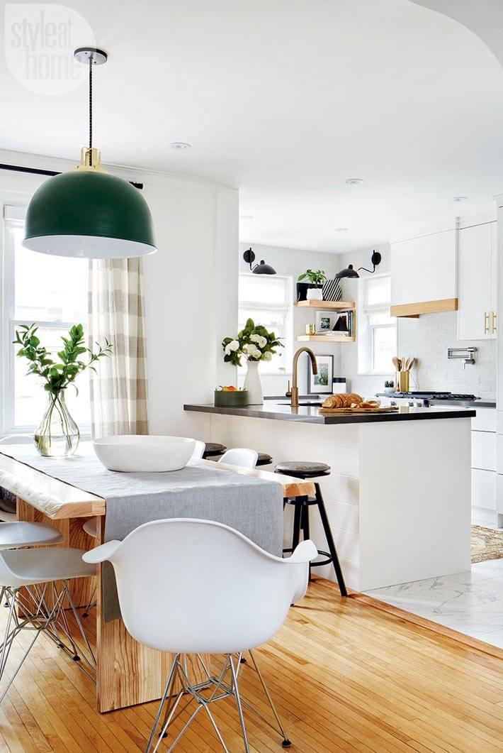 столовая и кухня белого цвета с островом посередине