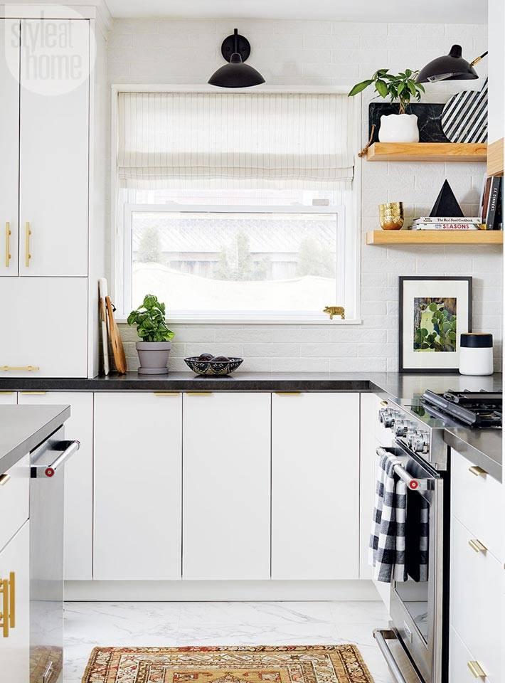 белая кухня с черной мраморной столешницей