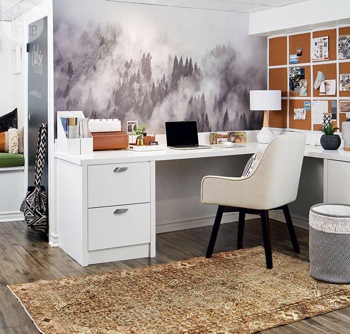 белый рабочий стол и пробковая доска фото