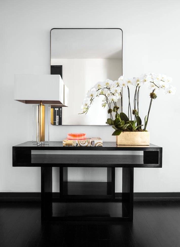 черная деревянная консоль в прихожей квартиры фото