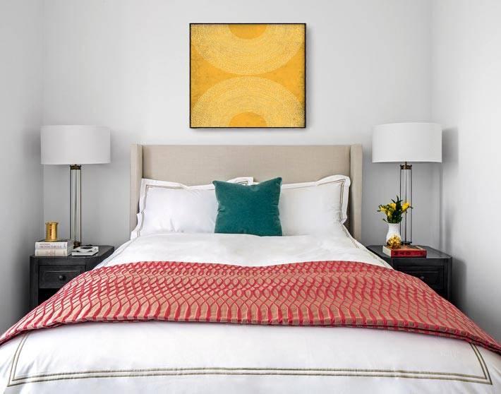 гостевая спальня с кроватью и двумя прикроватными тумбочками