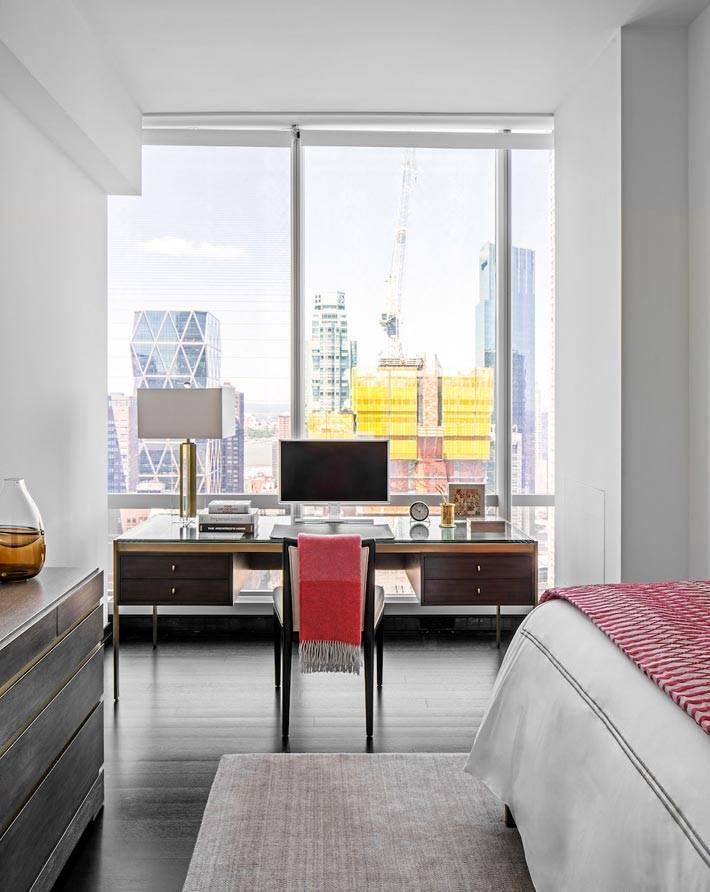 Рабочее место в интерьере спальни у окна фото
